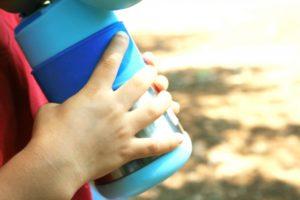水筒を手荷物子ども