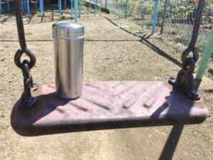 水筒とブランコ